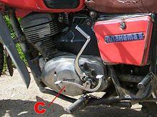Двигатель мотоцикла Иж Планета-5, показана крышка сцепления.