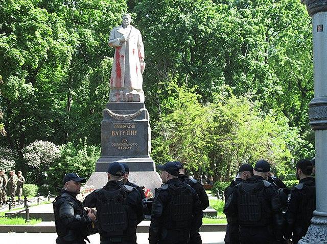 Осквернённый памятник генералу Ватутину в Киеве