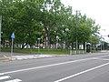 公園として活用されている広幅の中央分離帯(グリーンベルト、北海道函館市・市道豊川小路).jpg