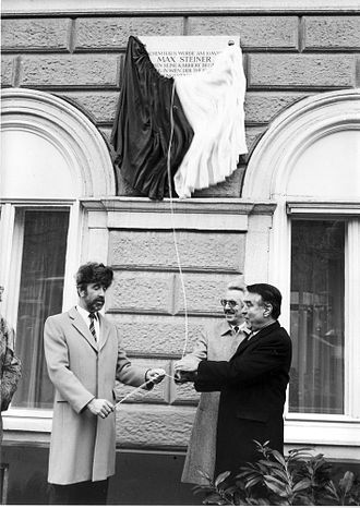 Max Steiner - Unveiling the Max Steiner-plaque in 1988 (f.l. R. Blumauer, H. Weißmann, H. Zilk)