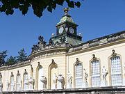 2052.Skulpturen-Darstellungen Allegorien der Künste-Fassade-Bildergalerie Potsdam(1755-1764)-Steffen Heilfort.JPG
