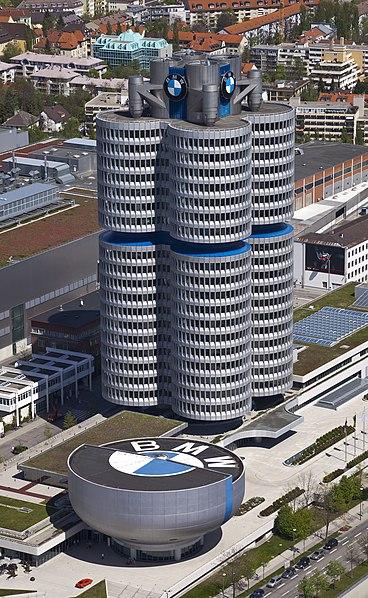 File:4 cilindros y museo BMW, Múnich, Alemania 2012-04-28, DD 02.JPG