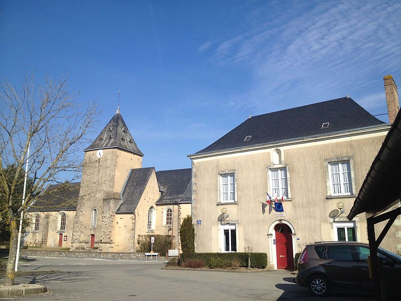 L'église Saint-Jean-Baptiste et la mairie.
