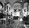 A Károlyi kastély csavart oszlopos szalonja, hátul a Hubertus terem medvebőrökkel. Fortepan 6121.jpg