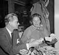 Aankomst Ingrid Bergmann op Schiphol Lars Schmidt en Ingrid Bergmann tijdens per, Bestanddeelnr 912-2295.jpg