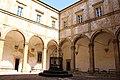 Abbazia dei Santi Giusto e Clemente (Volterra) chiostro 1.jpg