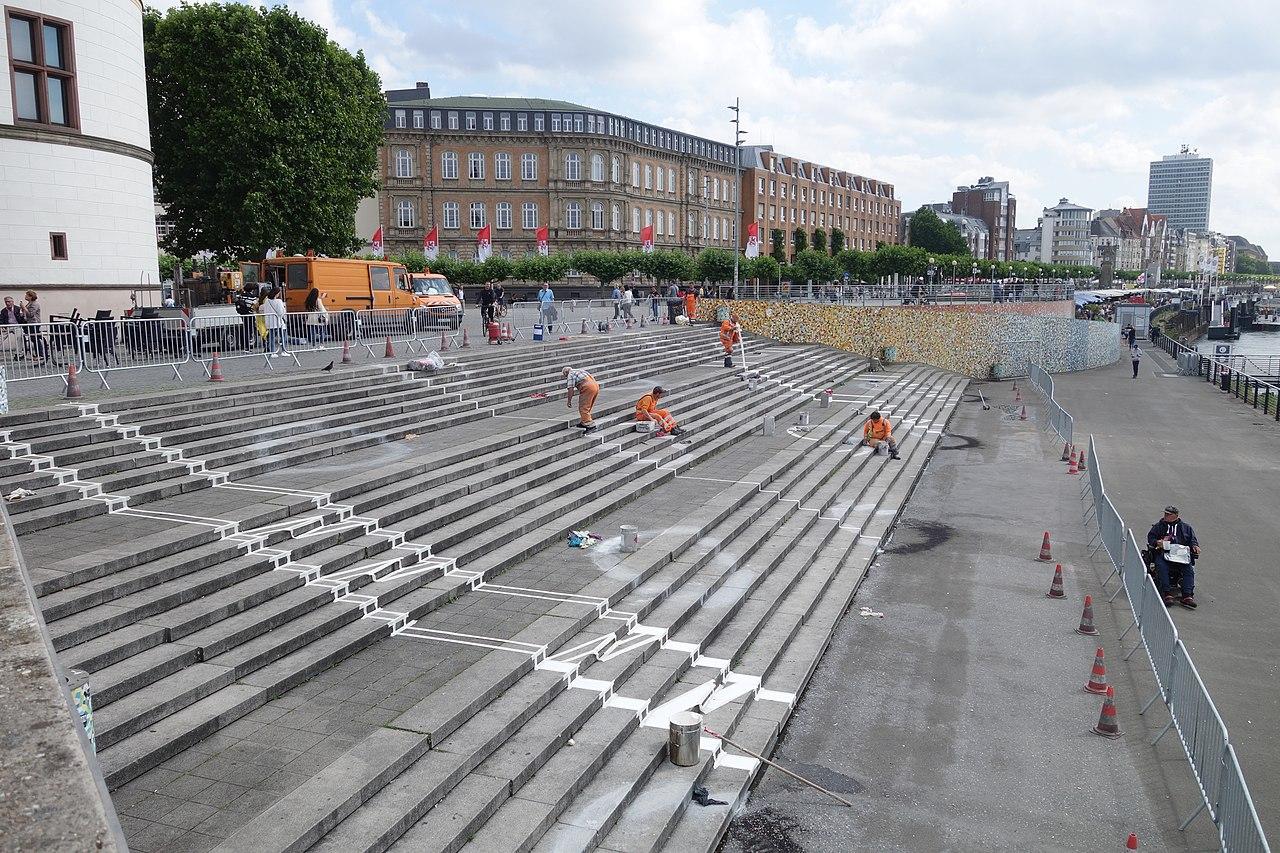 Abstandsmarkierungen in der Corona-Krise, Düsseldorf Rheinufer-Treppe, 13 Juli 2020 (4).JPG
