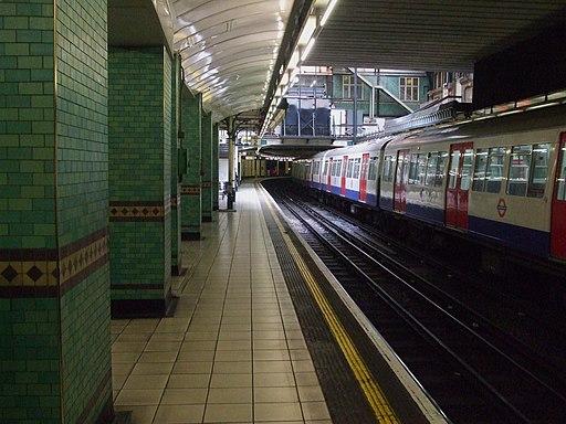 Aldgate station Metropolitan platform 2 look south