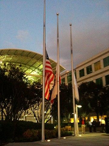 Приспущенные флаги в штаб-квартире Apple в Купертино вечером после смерти Стива Джобса