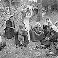 Arabische vrouwen met kleine kinderen wachtende in de openlucht bij een poliklin, Bestanddeelnr 255-0942.jpg