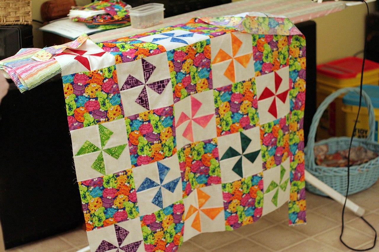 File:Baby quilt in pinwheel pattern.jpg - Wikimedia Commons : pinwheels quilt shop - Adamdwight.com