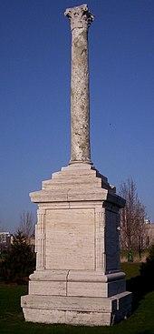 La colonna romana ricordo della partecipazione italiana alla Century of Progress:[8] QUESTA COLONNA DI VENTI SECOLI ANTICA ERETTA SUL LIDO DI OSTIA PORTO DI ROMA IMPERIALE A VIGILARE LE FORTUNE E LE VITTORIE DELLE TRIREMI ROMANE L'ITALIA FASCISTA SUSPICE BENITO MUSSOLINI DONA A CHICAGO ESALTAZIONE SIMBOLO RICORDO DELLA SQUADRA ATLANTICA GUIDATA DA BALBO CHE CON ROMANO ARDIMENTO TRASVOLO L'OCEANO NELL'ANNO XI DEL LITTORIO / THIS COLUMN TWENTY CENTURIES OLD ERECTED ON THE SHORES OF OSTIA PORT OF IMPERIAL ROME TO SAFEGUARD THE FORTUNES AND VICTORIES OF THE ROMAN TRIREMES FASCIST ITALY BY COMMAND OF BENITO MUSSOLINI PRESENTS TO CHICAGO EXALTATION SYMBOL MEMORIAL OF THE ATLANTIC SQUADRON LED BY BALBO THAT WITH ROMAN DARING FLEW ACROSS THE OCEAN IN THE ELEVENTH YEAR OF THE FASCIST ERA
