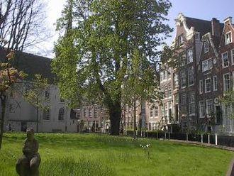Begijnhof Chapel, Amsterdam - The Begijnhof with the English Reformed Church, Amsterdam on the left and the Begijnhof Chapel on the right.