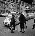 Bejaarde vrouwen met boodschappen in de Rue Lepic, Bestanddeelnr 254-0428.jpg