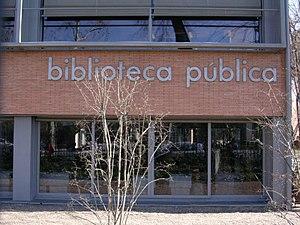 Seville Public Library - Image: Biblioteca pública Infanta Elena Bricks and reflections