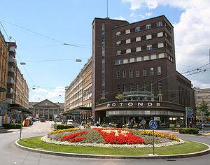 Rechts das Volkshaus im Bahnhofsquartier, dahinter ein Teil der Bahnhofsstrasse mit den typischen Häusern der 1920er Jahre