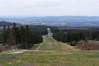 Blick vom Erbeskopf nach Nordwesten über die Hunsrück-Hochfläche, dahinter der Haardtwald