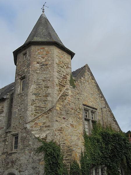 Manoir de la Tourelle, place des Buttes, Bricquebec  Logis situé devant le château des Galeries