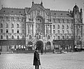 Budapest V., férfi portré és a Gresham-palota. Fortepan 17940.jpg