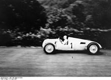 Photo de Bernd Rosemeyer, en course, lors de l'Eifelrennen 1937.