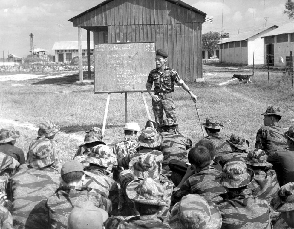 Entrainement militaire au sud Vietnam par l'encadrement américain (armée et renseignement avec la CIA).