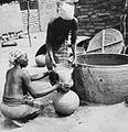 COLLECTIE TROPENMUSEUM Het gebrouwen bier (dolo) wordt door de vrouwen in potten overgeschonken TMnr 20010282.jpg