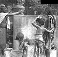 COLLECTIE TROPENMUSEUM Mensen halen water langs een weg op Bali TMnr 10002900.jpg