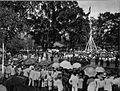 COLLECTIE TROPENMUSEUM Schoolkinderen zingen voor Gouverneur-Generaal Mr. Fock tijdens de onthulling van het monument voor de in Mekka gestorven Regent van Soemedang Pangeran Aria Soeria Atmadja TMnr 60009965.jpg