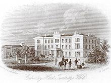 Ilustración de un gran hotel a media distancia, grupos de figuras vestidas del siglo XIX en primer plano