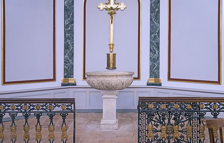 English:  Castelginest. The baptismal font of the church of Saint-Etienne.