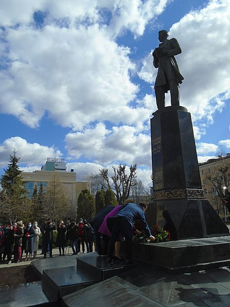 Ceremony of laying flowers at the Gabdulla Tukay monument (2021-04-26) 48.jpg