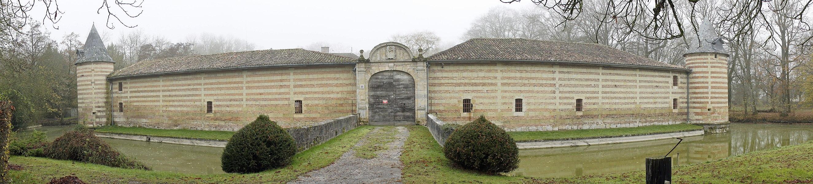 La porte d'entrée , les douves et le mur d'enceinte du Chateau Braux ste Cohière.