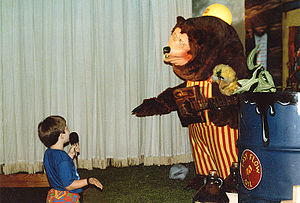 ShowBiz Pizza Place - A child speaking with Billy Bob at Showbiz Pizza in Fayetteville, Arkansas