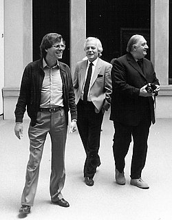 Christian von Holst mit Peter Beye und James Stirling, Foto Staatsgalerie Stuttgart.jpg