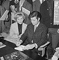 Cliff Richard , aankomst op Schiphol met Willeke Alberti tijdens persconferentie, Bestanddeelnr 916-3951.jpg