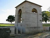 Courcelette cimetière militaire (entrée) 1.jpg