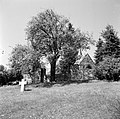 De plek naast de oude kapel waar het auto-ongeluk plaatsvond, aangegeven met een, Bestanddeelnr 254-3626.jpg