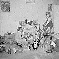 De prinsessen Beatrix en Irene met een vriendinnetje aan het spelen in de speelk, Bestanddeelnr 255-7740.jpg