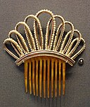 Decorative comb, 1870s-1890s, silver-plated metal, imitation pearls, horn - Nordiska museet - Stockholm, Sweden - DSC09748.JPG