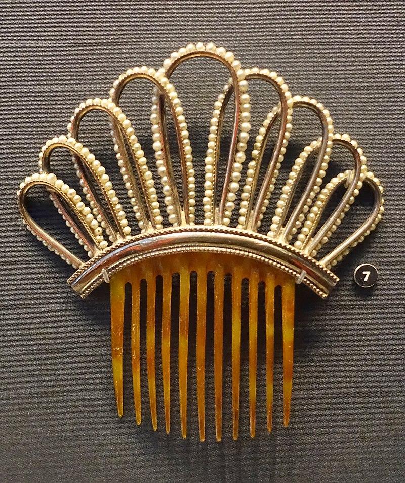 Decorative comb, 1870s-1890s, silver-plated metal, imitation pearls, horn - Nordiska museet - Stockholm, Sweden - DSC09748.JPG