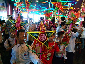 en: Vietnamese children celebrating Mid-Autumn...