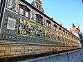 Der Fürstenzug in Dresden ist ein überlebensgroßes Bild eines Reiterzuges, aufgetragen auf rund 23.000 Fliesen aus Meißner Porzellan. Das 102 Meter lange, als größtes Porzellanbild der Welt geltende Kunstwerk s - panoramio.jpg