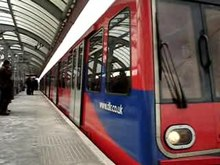 Fil:Docklands Light Railway - Shadwell.ogv