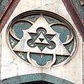 Duomo di firenze, medaglioni intarsiati in marmi nei timpani delle finestre sui fianchi 08,2.jpg