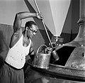 Een arbeider neemt een monster uit een brouwketel van de Surinaamse Brouwerij in, Bestanddeelnr 252-5033.jpg