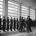 Een generaal loopt langs een rij jongens die een erewacht vormen in de hal, Bestanddeelnr 252-0025.jpg