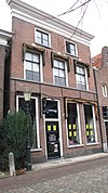 foto van Huis met lijstgevel van parterre, verdieping en zolderverdieping