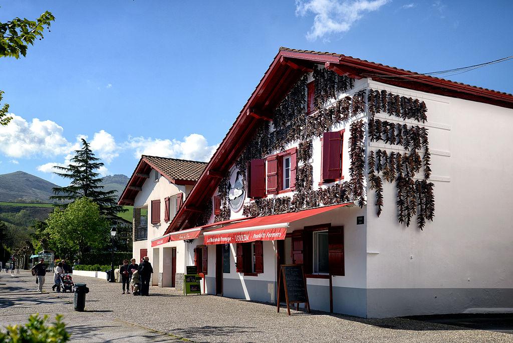 File espelette maison du wikimedia commons - Maison close pays basque ...