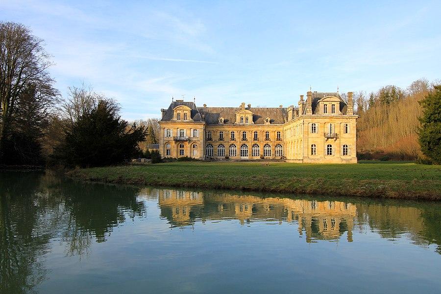 Façades arrières du Château de Jean d'Heurs à Lisle-en-Rigault (Meuse), avec vue de la Saulx