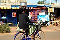 Femmes à vélo à Ouagadougou8.jpg